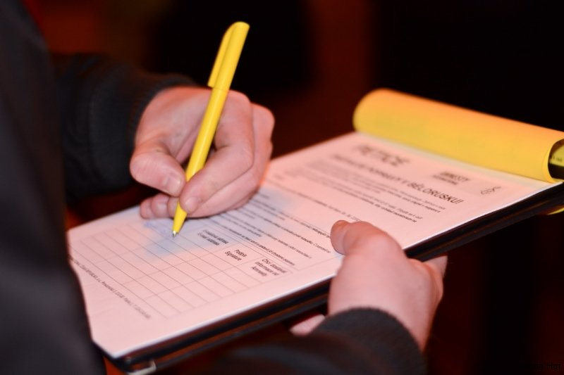 На флешмобе подписывали петиции об освобожении политзаключенных и отмене смертной казни в Беларуси.