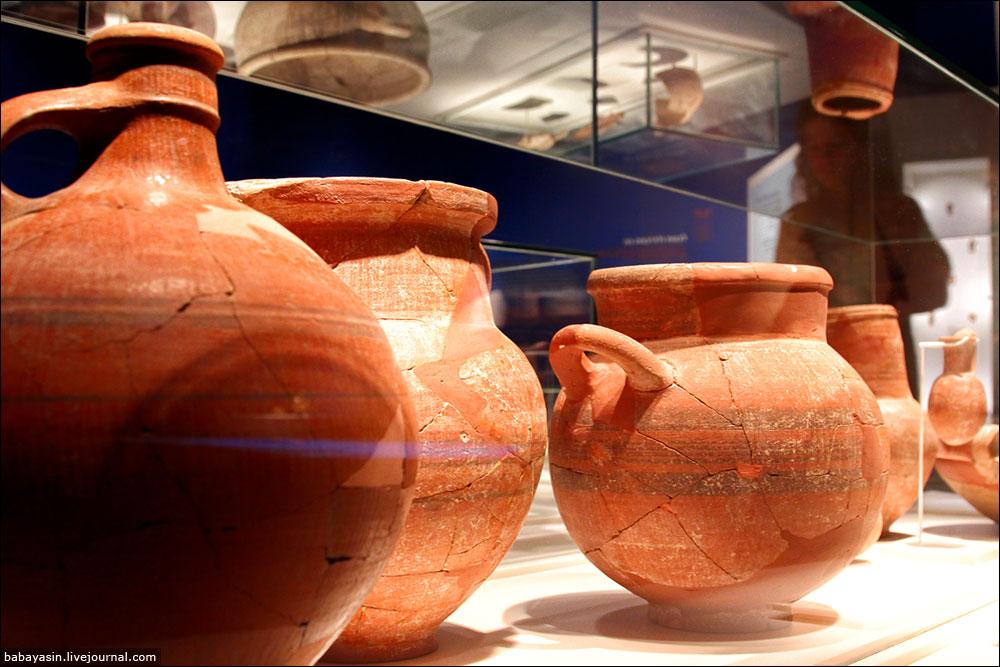 Археологи говорят, что керамика раннего периода, когда филистимляне только появились в Ханаане, сделана более мастерски, чем та, что находят в более поздних слоях (окончательно пришельцы ассимилировались только к IV веку до нашей эры, после нашествия Александра Македонского). Тем, кто играл в стратегии, все сразу понятно – основная база далеко, коммуникации растянуты, ресурсов хватает только, чтобы отражать нападения. Тут не до грибов, то есть не до изысканной керамики. Плюс отсталое местное население – ну, какой с ними культурный обмен?