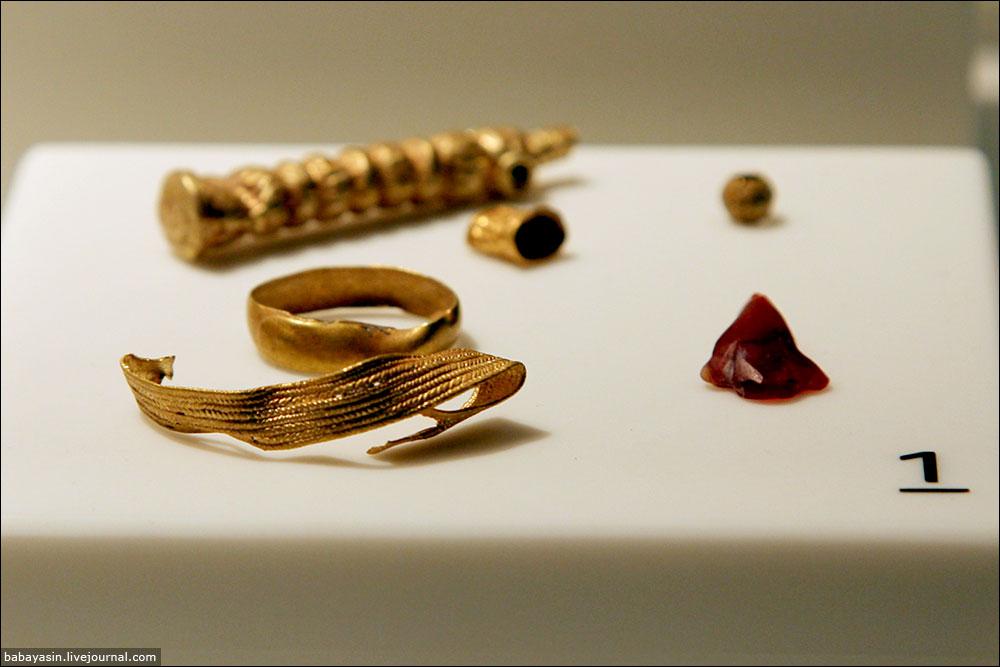 """Следов многовекового присутствия филистимлян практически не сохранилось. Разумеется, история у Пентаполиса была бурная, города захватывали, разрушали, население изгоняли, но до посещения музея я не думал, что есть силы, которые могли настолько интенсивно """"утилизировать"""" артефакты """"плиштимской"""" культуры. Несколько залов в Ашдоде, считанные предметы в Музее Израиля в Иерусалиме, в Музее Эрец Исраэль в Тель-Авиве – и все. Или я чего-то не знаю. Тогда буду признателен за поправки."""