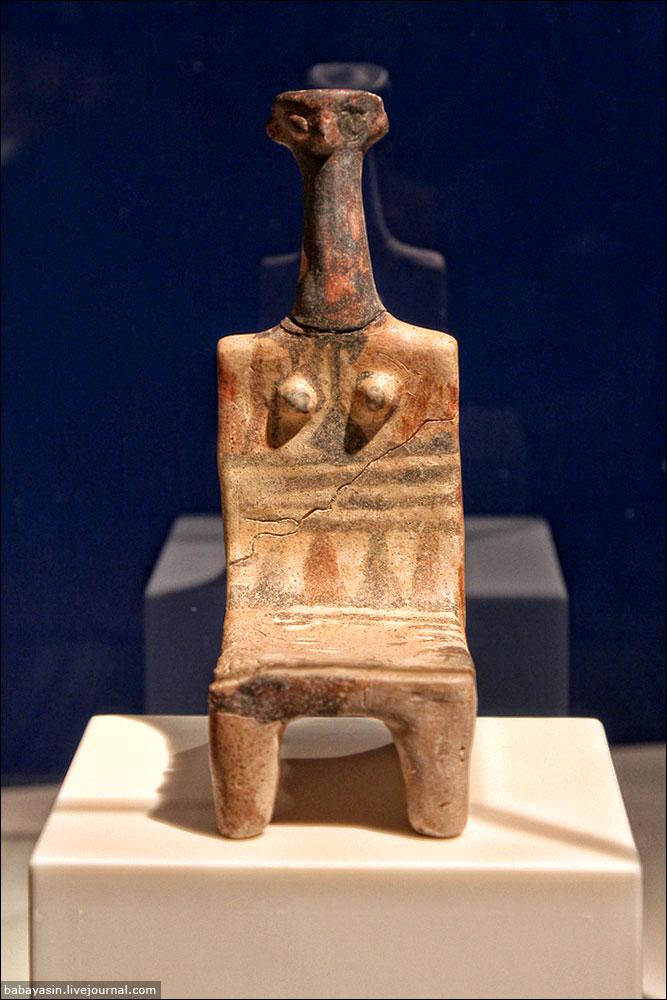 """Практически все экспонаты в музее – подлинные. Но некоторые, самые важные находки, были отправлены в Музей Израиля в Иерусалиме. В том числе и эта скульптурка богини-матери, получившая название """"Ашдода"""". Ее сделали в XII веке до нашей эры. Скорее всего, это Иштар – Астарта. Филистимляне ей поклонялись. А еще Догону и Баал-Зебубу (иудеи с этим культом боролись, поэтому со временем бог стал дьяволом – Вельзевулом)."""